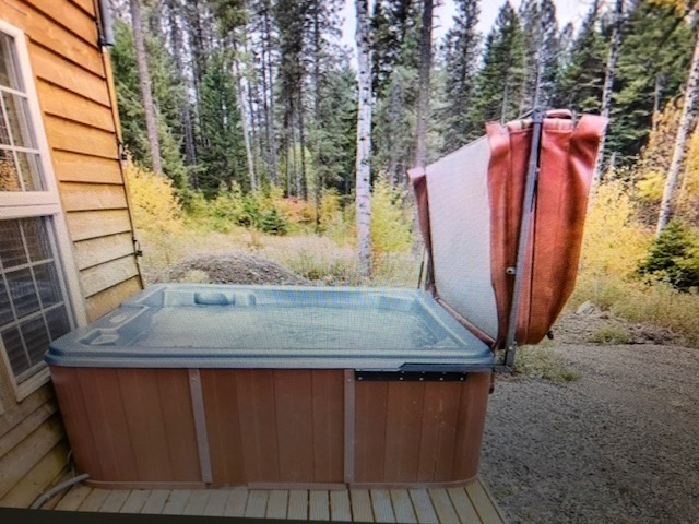Hot Tub with Retractable Cover